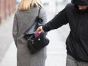 Триковете на крадците, с които ни отмъкват телефона или портфейла