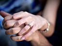 Знаете ли, че... годежният пръстен се носи на лявата ръка?