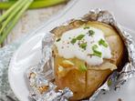 Картофи във фолио с подправки и сметана