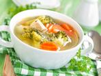 Супа с пилешко, броколи и лук