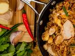 Пилешко на тиган с ориз със зеленчуци и яйца