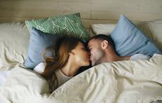 Защо женените двойки постепенно спират с френските целувки