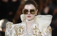 Златни декорации и масивни бижута в колекцията на Elie Saab