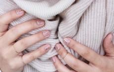Златни линии върху ноктите