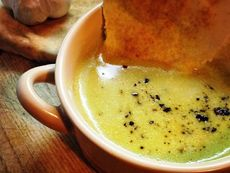 Крем супа с броколи и арабски хляб