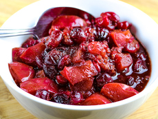 Чътни с дюли и червени боровинки