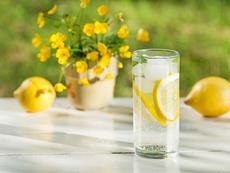 Защо да пиете вода с лимон всяка сутрин?