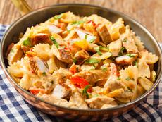 Паста с пилешко, сметана и зеленчуци