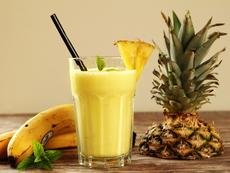 Шейк с банан, ананас и ягоди