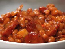 Боб на фурна с наденица и сушени домати