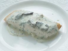 Печена риба със сос от гъби и сметана