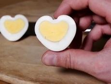 Как да си направите яйца във формата на сърце? (видео)