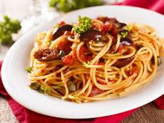 Лесна паста с домати, маслини и каперси