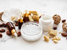 Богата комбинация от масла, забавяща стареенето на кожата