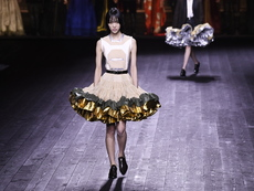 Обемни рокли и поли в колекцията на Louis Vuitton