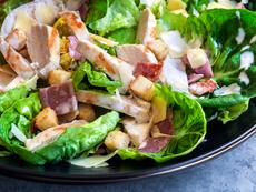 Салата с пиле, бекон и авокадо