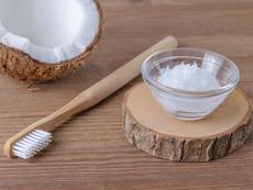 Защо да миете зъбите си с кокосово масло