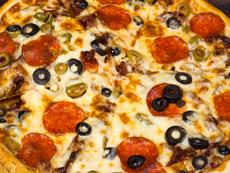 Домашна пица с колбас и моцарела