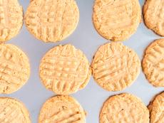 Сурови бисквити с фъстъчено масло и фурми