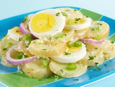 Картофена салата с яйца и мариновани чушки