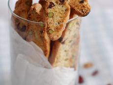 Коледни бишкоти с боровинки и шамфъстък