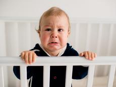 Защо бебето започва да плаче преди заспиване?