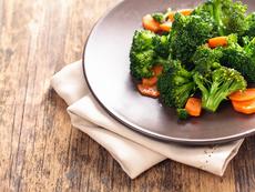 Диетични броколи с моркови на пара