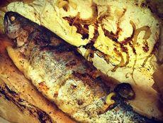 Печена риба в хартия с подправки