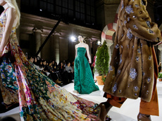 Палта с камъни и ефирни материи от Oscar de la Renta
