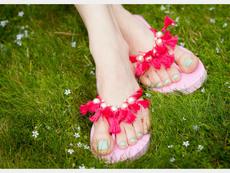 Превърнете обикновените джапанки в красиви сандали