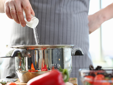 Възможни причини да ви се дояждат солени храни