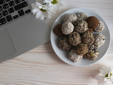 Бонбони с шоколад, орехи и стафиди