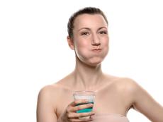 Домашна вода за уста с ментово и кокосово масло
