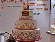 Сватбена торта, декорирана с българска бродерия