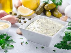 Пикантна разядка с крема сирене и кисели краставички