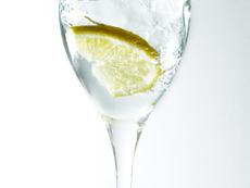 Сутрешна чаша вода с лимон – полезна и приятна