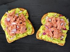Сандвич с риба тон и авокадо