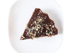 Шоколадов сладкиш с ядки и стафиди