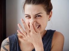 Как да премахнем неприятна миризма от дрехите?