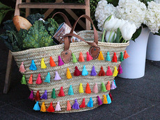 Декорирайте плетената кошница с цветни пискюли