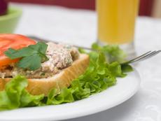 Пикантна салата с пушена риба