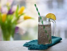 Детокс напитка с вода, семена от чиа и лимон