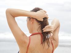 Как да съживите увредената от слънцето коса след морето