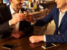 Как да излезете на питие с шефа без да си изгубите работата?