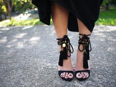 Как да преобразите сандалите с помощта на пискюли?