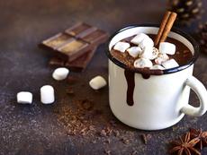 Горещ шоколад със сметана и маршмелоу