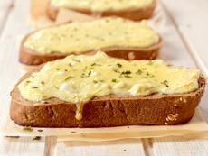 Препечени филийки с чесново масло и сирене гауда
