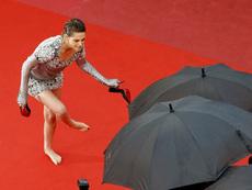 Кристен Стюарт се събу на червения килим в Кан