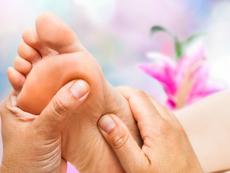 Масажирайте стъпалата и облекчете болките и неразположенията