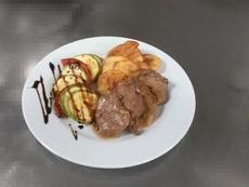 Телешко бонфиле с рататуй и картофен чипс